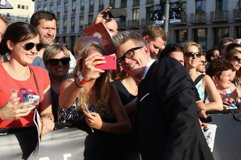 VIENNA, AUSTRIA - JULY 23:  Christopher McQuarrie poses with fans during the world premiere of 'Mission: Impossible - Rogue Nation' at the Opera House (Wiener Staatsoper) on July 23, 2015 in Vienna, Austria.  (Photo by Andreas Rentz/Getty Images for Paramount Pictures International)