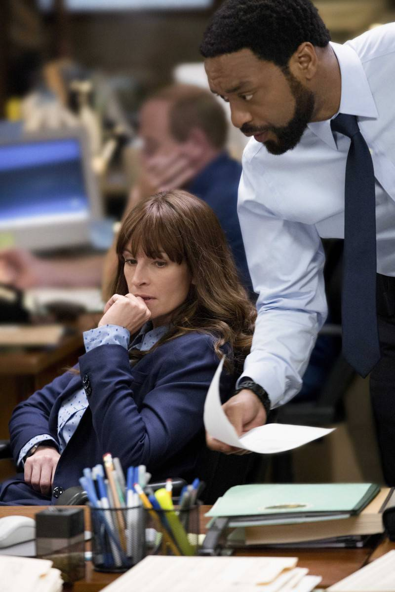 (L-R) JULIA ROBERTS and CHIWETEL EJIOFOR star in SECRET IN THEIR EYES