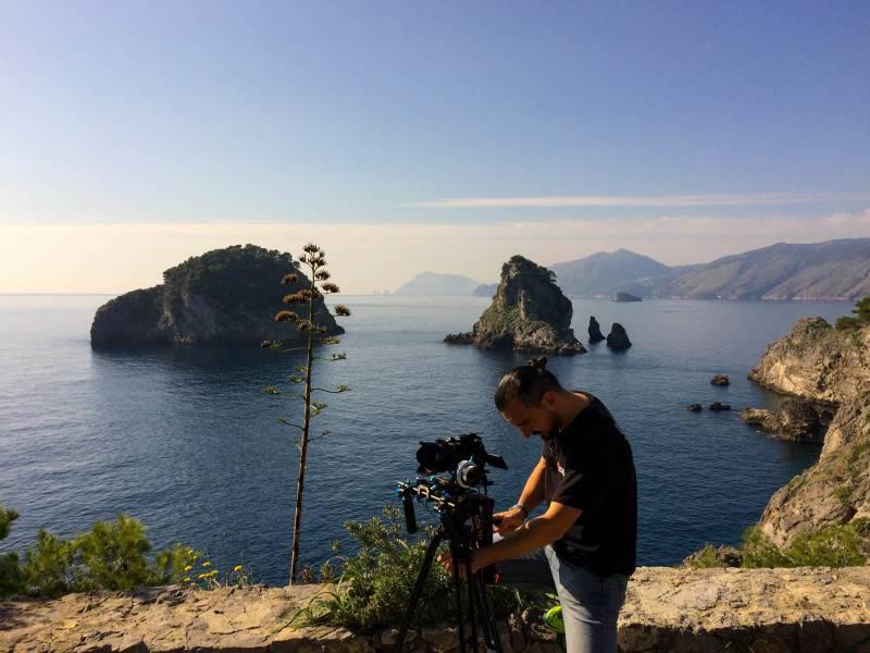 13-Luigi Scaglione regista- impegnato nelle riprese sullisolotto dei GALLI