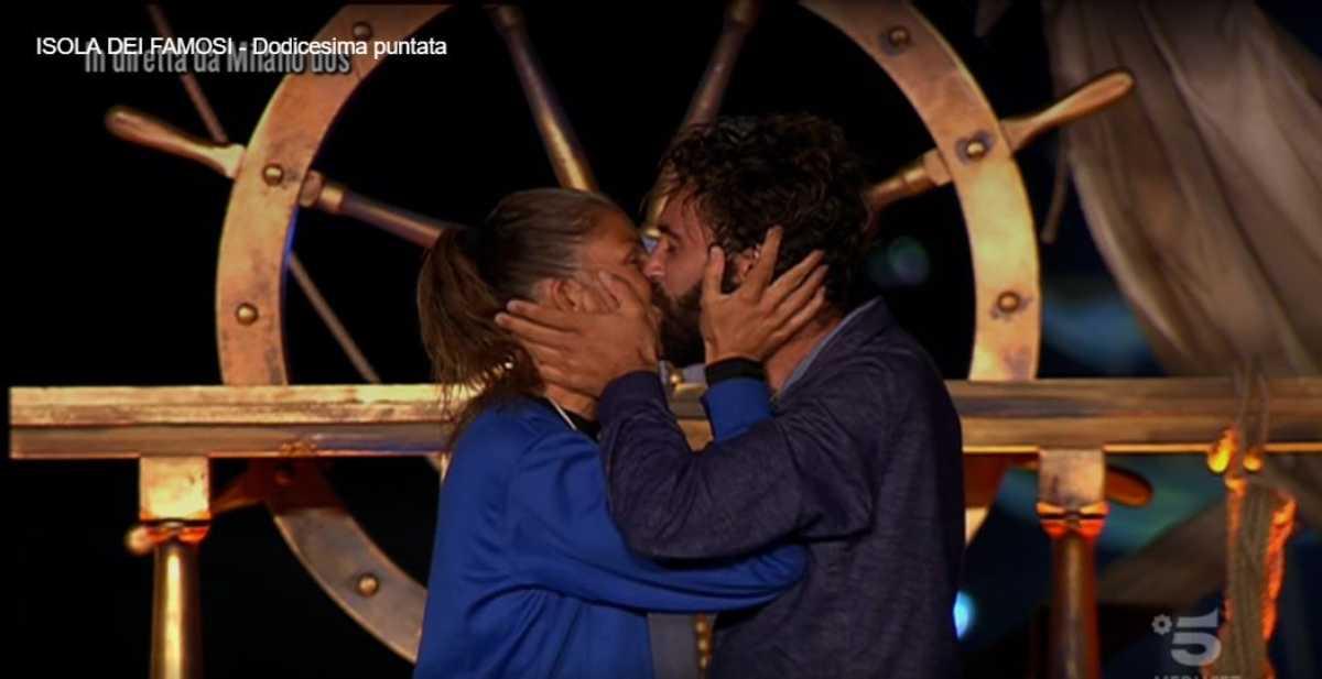 Bacio Marina La Rosa e Luca Vismara: sono fidanzati? La verità