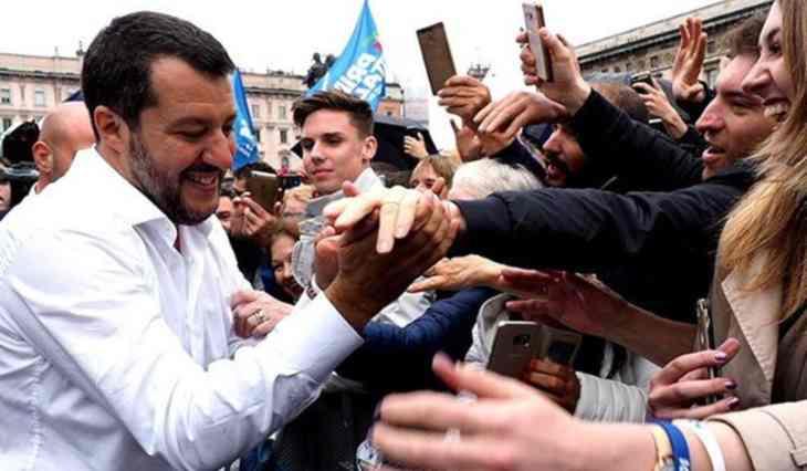 Matteo Salvini è arrivato a Firenze per un comizio ma ci sono stati scontri tra i manifestanti e la polizia. La colpa è anche delle sue frasi su Sea Watch?