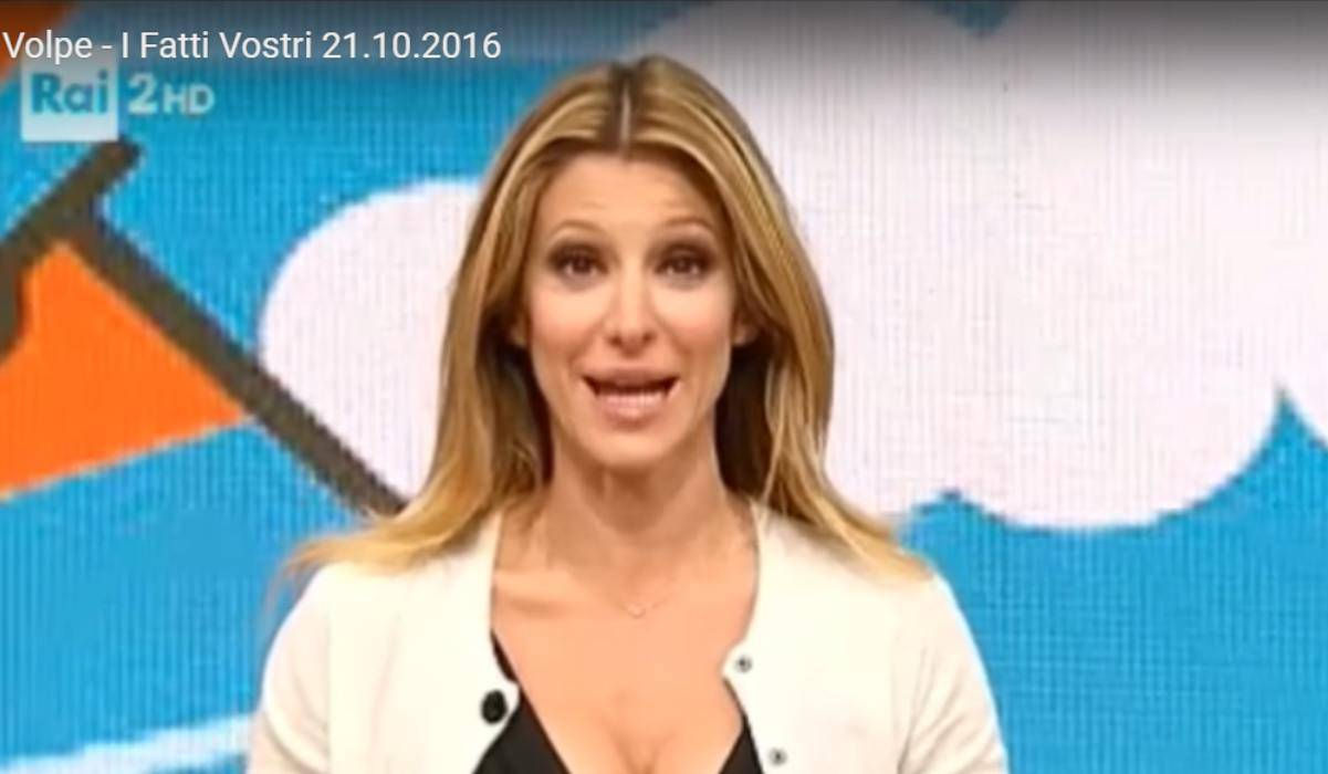 Adriana Volpe bacia Pago, il marito furioso sui social: