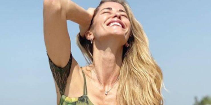 Elena Santarelli vacanza con il figlio, è polemica