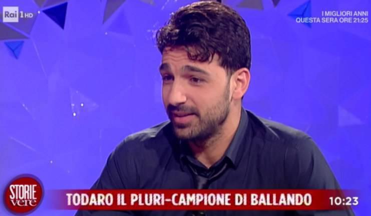Raimondo Todaro ad Amici:Il ballerino tardisce ballando? La verità