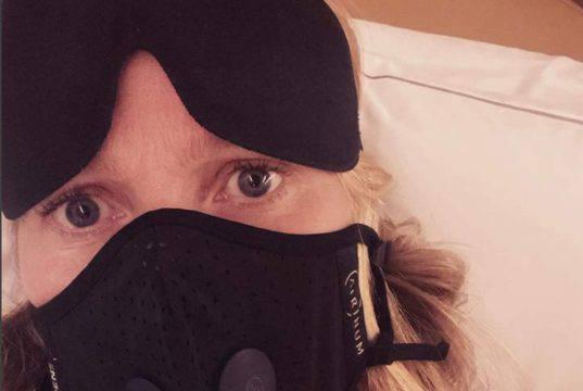 "Gwyneth Paltrow in aereo con la mascherina: ""Ho già vissuto"