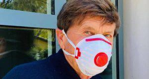 Gianni Morandi la foto con la mascherina