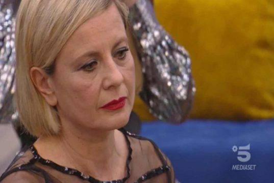 """Antonella Elia sta male: """"Continua a uscire sangue"""""""