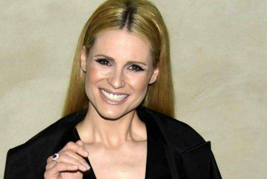 Michelle Hunziker a letto con look total black: che bellezza – Foto