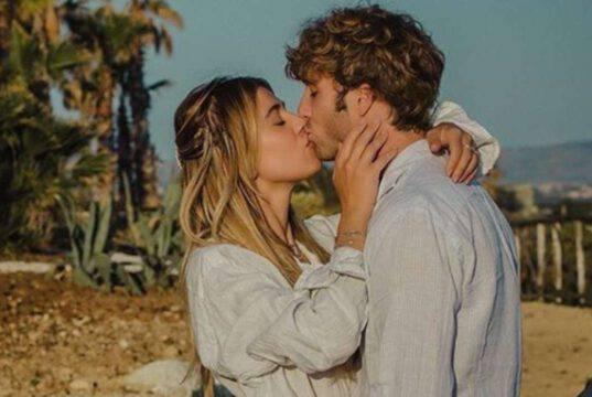 Clizia Incorvaia e il bacio pieno di affetto e passione al suo amore – FOTO