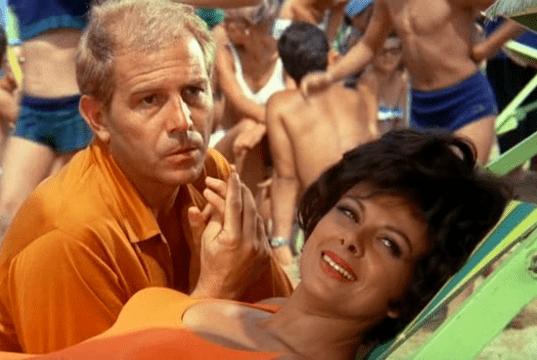 L'ombrellone: l'ipocrisia degli italiani in vacanza secondo