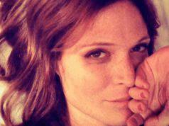 Jane Alexander incanta il web, che bellezza senza trucco e appena sveglia