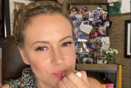 Alyssa Milano ha perso i capelli, sta male: fan preoccupati