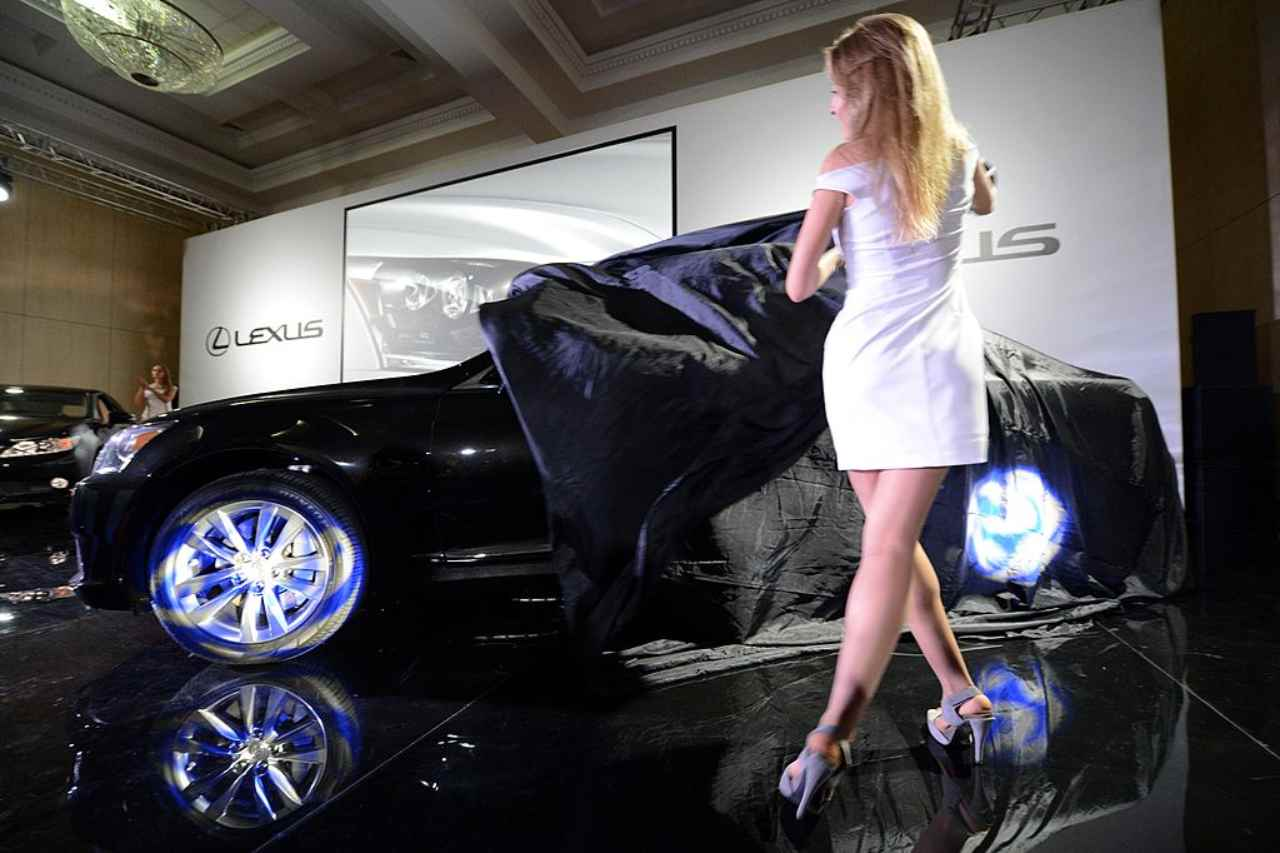 George Clooney, avete mai visto le sue macchine? Cifre record e lusso Lexus