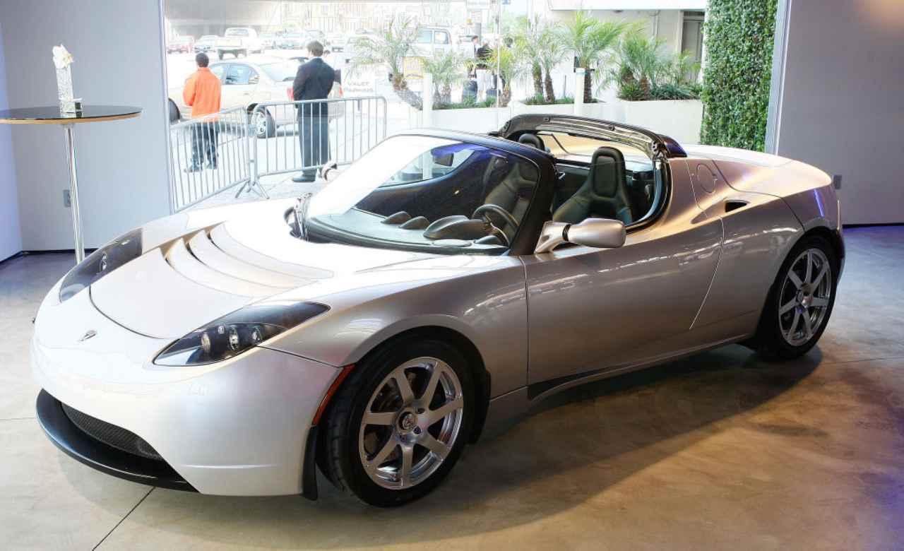 George Clooney, avete mai visto le sue macchine? Cifre record e lusso Tesla
