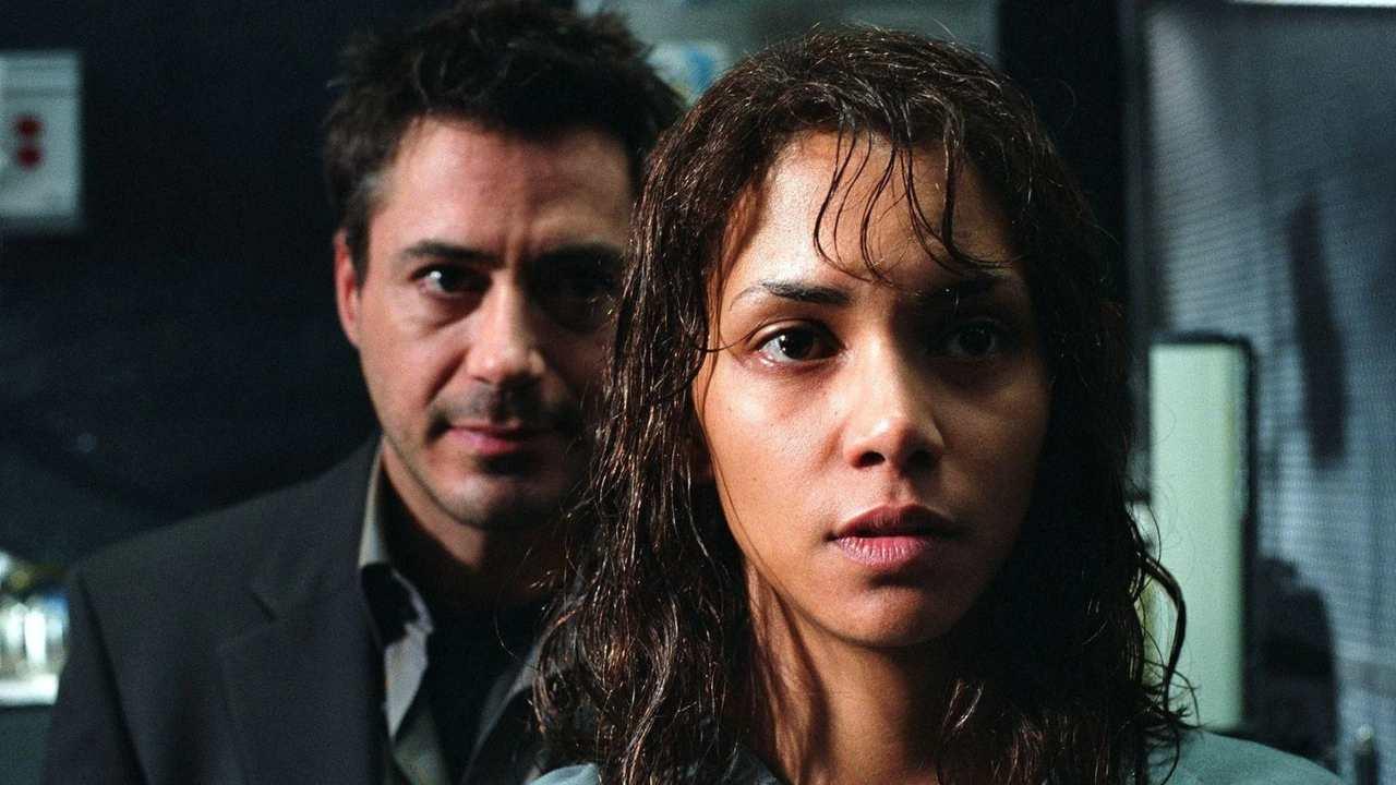 Robert Downey Jr. e Halle Berry in Gothika