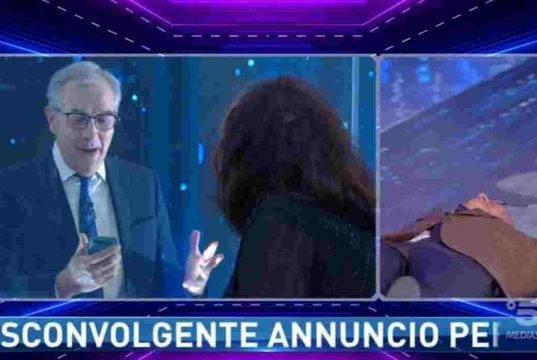 Alfonso Signorini si accascia al suolo: non riesce a trattenersi