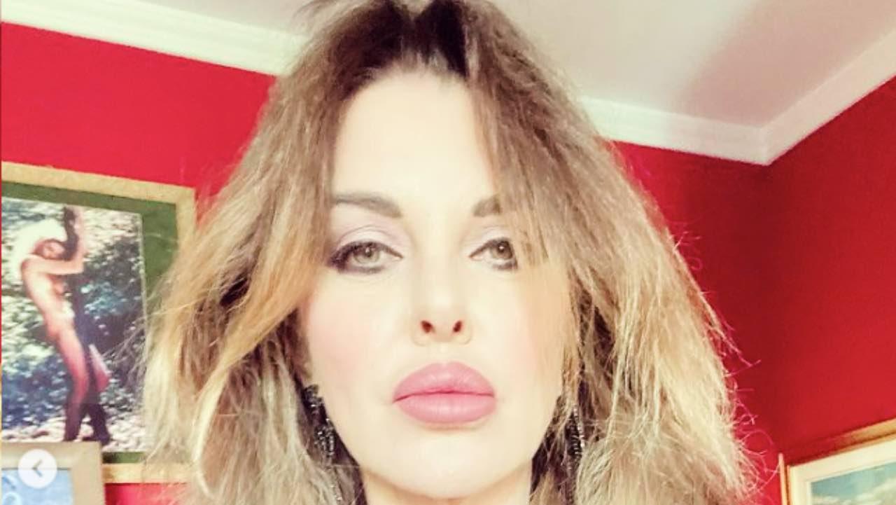 """Alba Parietti """"amare è un diritto"""": prende posizione 'con un bacio'"""