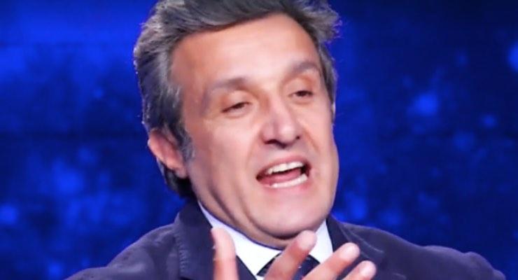 """Flavio Insinna """"non saremmo in guerra ma..."""": le parole emozionano"""