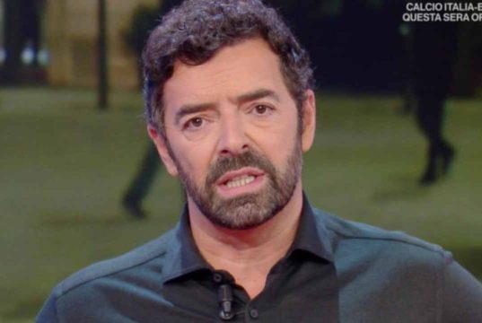 """Alberto Matano """"poco virile""""? Lui si """"vendica"""" in diretta"""
