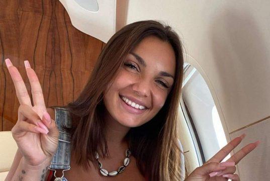 Elettra Lamborghini incinta? La foto in vacanza non lascia dubbi