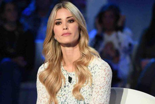 Elena Santarelli denuncia l'haters che insulta suo figlio e gli augura di ammalarsi di nuovo